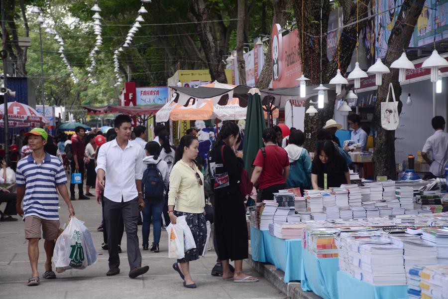 Hội sách TP.HCM lần thứ 10, diễn ra tại công viên Lê Văn Tám, Q.1 sẽ được chính thức khai mạc vào tối ngày 19/3. Tuy nhiên, ngay từ sáng cùng ngày, đã có rất đông bạn đọc đến tham quan, tìm mua những cuốn sách yêu thích.