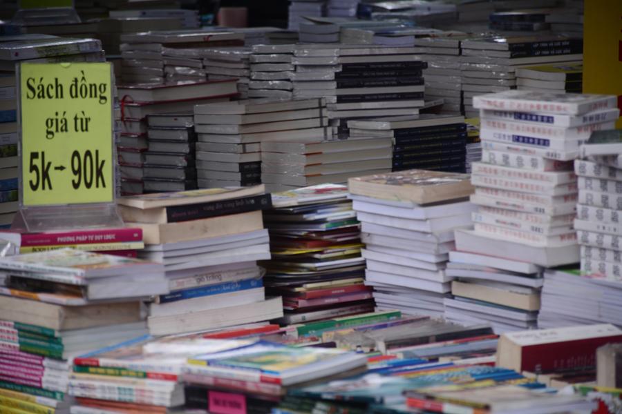 Những cuốn sách đồng giá từ 5.000 - 90.000 đồng/cuốn cho bạn đọc lựa chọn.