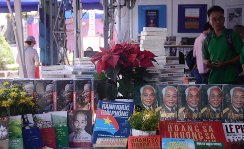 Những cuốn sách về Chủ tịch Hồ Chí Minh, Đại tướng Võ Nguyên Giáp, các danh nhân kiệt xuất của dân tộc, về biển đảo... được bày bán nổi bật tại một gian hàng.