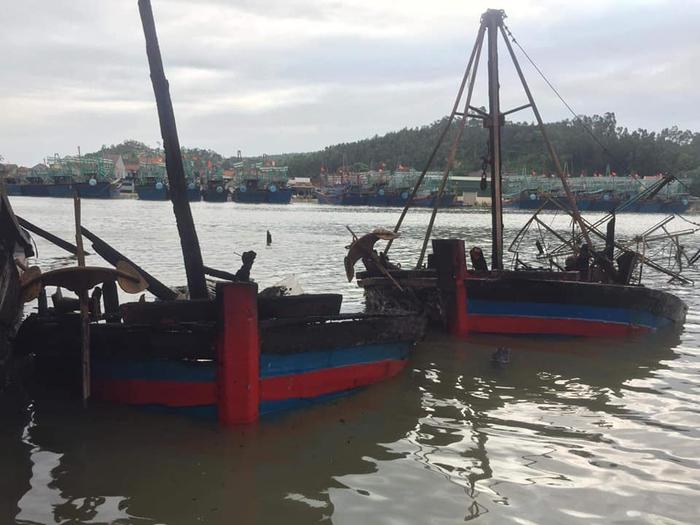 Điều tra nguyên nhân 5 tàu cá cháy rụi trong đêm ở cảng Lạch Quèn - Ảnh 5.