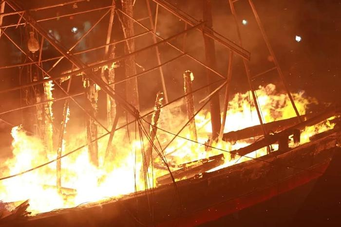 Điều tra nguyên nhân 5 tàu cá cháy rụi trong đêm ở cảng Lạch Quèn - Ảnh 1.