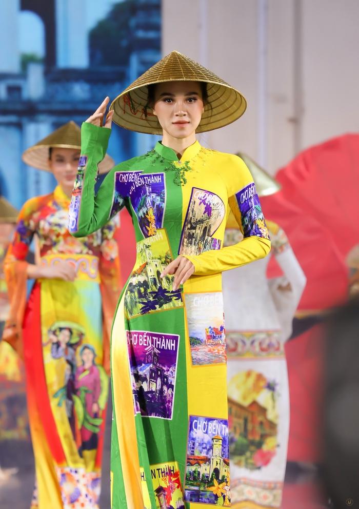 Từ Hồ Gươm, Chùa Một Cột, Văn Miếu… ở Hà Nội tới chợ Bến Thành, Bưu điện Thành phố… ở Sài Gòn đều được thể hiện ấn tượng trên tà áo dài