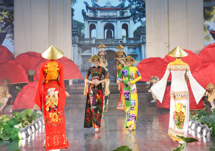 hững mẫu áo dài được thiết kế với hình ảnh của những địa danh nổi tiếng, những di sản văn hóa vật thể và phi vật thể nổi tiếng của người Việt