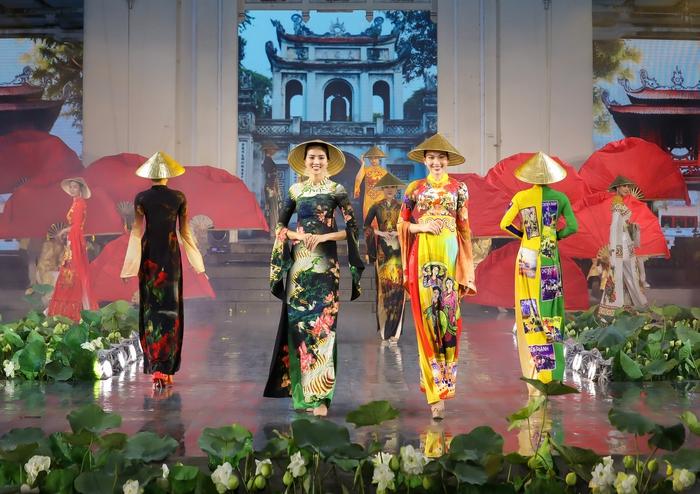 Những chiếc nón lá dát vàng là điểm nhấn cho BST, giúp quảng bá văn hóa Việt Nam hướng tới kỷ niệm 90 năm ngày thành lập Hội LHPN Việt Nam, 1010 năm Thăng Long - Hà Nội…
