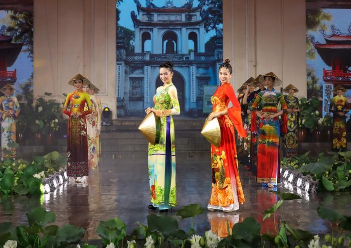 Những chiếc nón lá được làm tại Huế và được các nghệ nhân làng nghề Kiêu Kỵ thực hiện công phu, tỉ mỉ