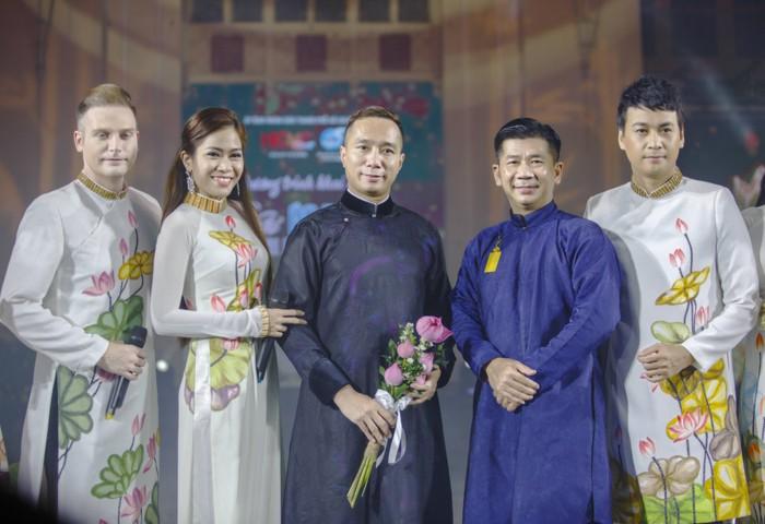 NTK Đỗ Trịnh Hoài Nam (ở giữa) cùng đạo diễn chương trình và các Đại sứ Lễ hội Áo dài TP.HCM 2020