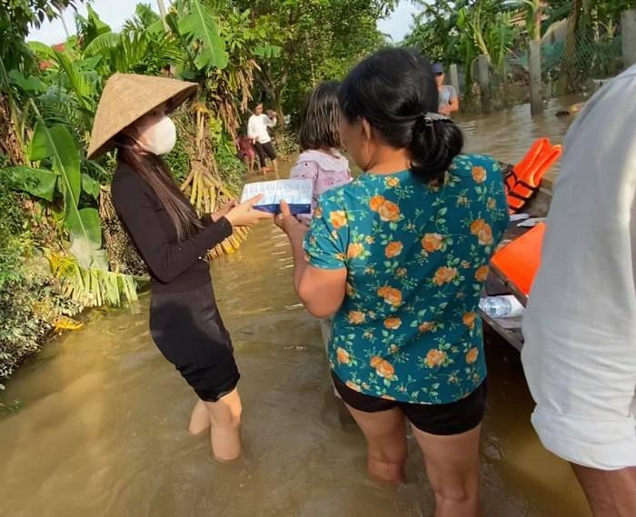 Thủy Tiên cho biết nếu quyên góp được nhiều sẽ làm các công trình dân sinh như cầu đường hư hại sau lũ