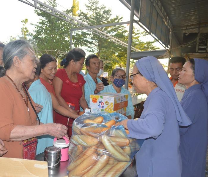 Các xơ của mái ấm Lâm Bích phát bánh mì, sữa hộp miễn phí cho bệnh nhân tại Bệnh viện Đa khoa tỉnh Quảng Trị