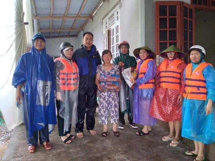 Hội LHPN các tỉnh miền Trung thăm hỏi, hỗ trợ các gia đình có người thân bị thương, bị mất do lũ - Ảnh 6.