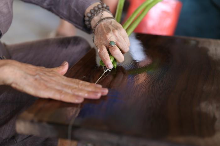 Người Việt Nam đầu tiên bắt sen nhả tơ để dệt thành khăn bán 10 triệu đồng/chiếc - Ảnh 7.