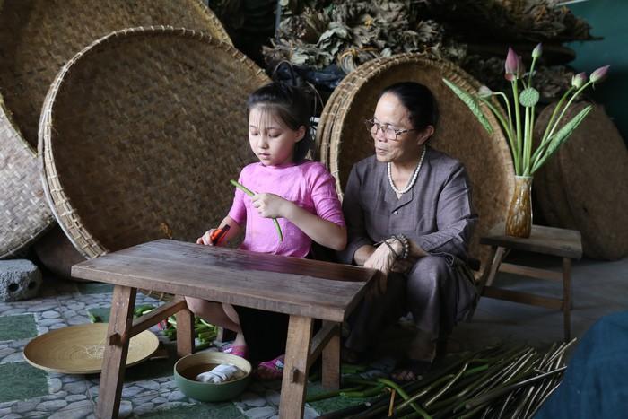 Người Việt Nam đầu tiên bắt sen nhả tơ để dệt thành khăn bán 10 triệu đồng/chiếc - Ảnh 12.