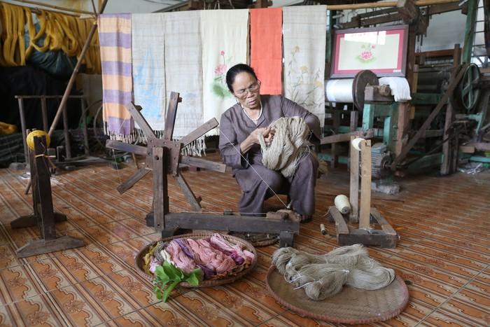 Người Việt Nam đầu tiên bắt sen nhả tơ để dệt thành khăn bán 10 triệu đồng/chiếc - Ảnh 9.