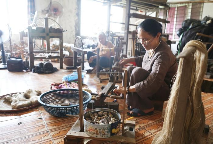 Người Việt Nam đầu tiên bắt sen nhả tơ để dệt thành khăn bán 10 triệu đồng/chiếc - Ảnh 11.