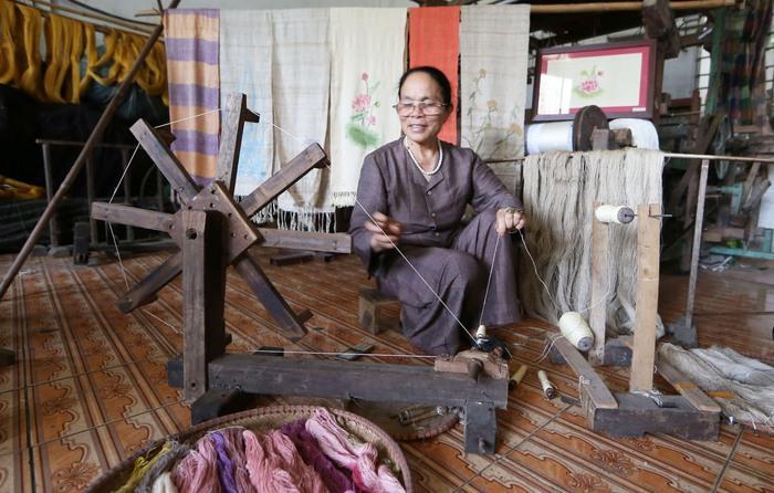 Người Việt Nam đầu tiên bắt sen nhả tơ để dệt thành khăn bán 10 triệu đồng/chiếc - Ảnh 10.
