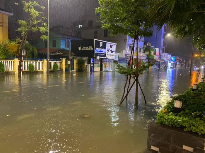 Mặt đường trước khách sạn Thủy Tiên đang ở lênh láng nước