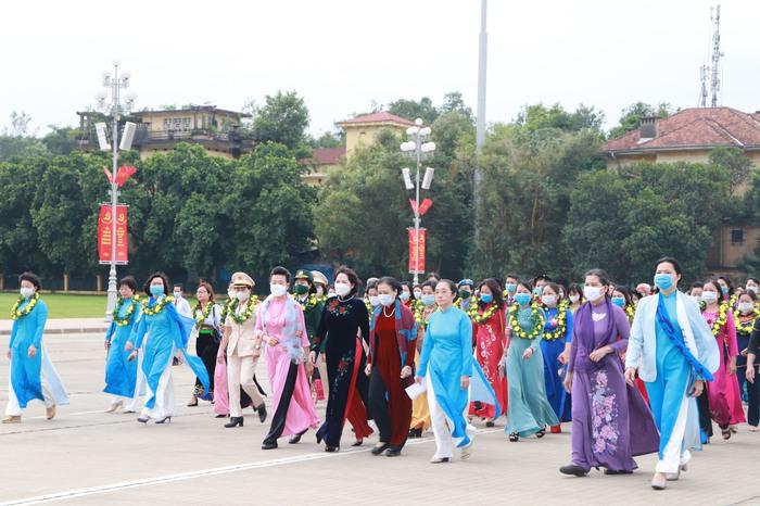 TW Hội LHPN Việt Nam làm lễ báo công dâng Bác - Ảnh 1.