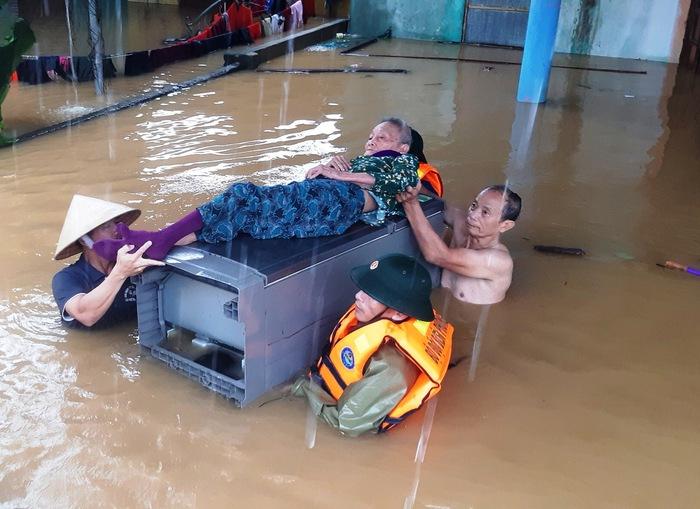 Quảng Bình: Hội viên phụ nữ tích cực hỗ trợ cứu hộ, cứu nạn người dân khỏi vùng lũ  - Ảnh 1.