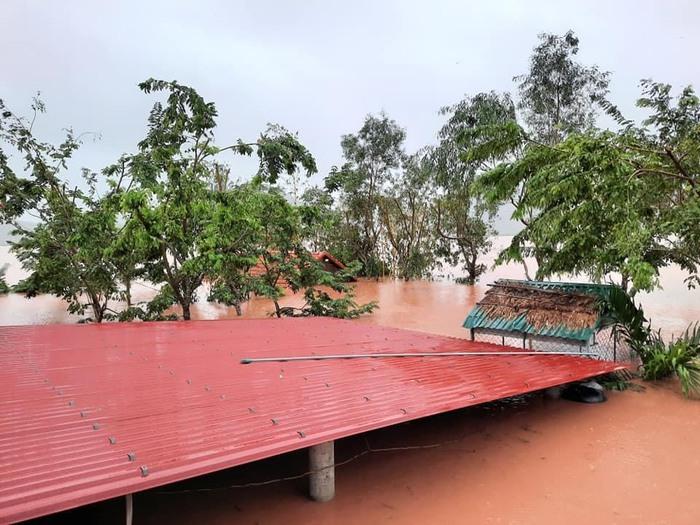 Mưa lớn vẫn tiếp tục trút xuống Quảng Bình, cảnh báo lũ quét, sạt lở đất - Ảnh 2.