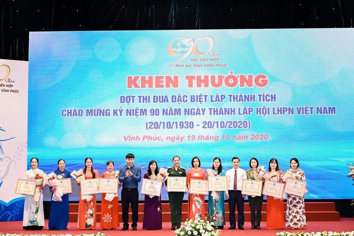 """Vĩnh Phúc trao kỷ niệm chương """"Vì sự phát triển phụ nữ Việt Nam"""" cho 11 cá nhân, tổ chức - Ảnh 1."""