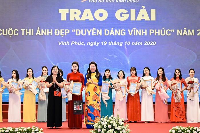 """Vĩnh Phúc trao kỷ niệm chương """"Vì sự phát triển phụ nữ Việt Nam"""" cho 11 cá nhân, tổ chức - Ảnh 3."""