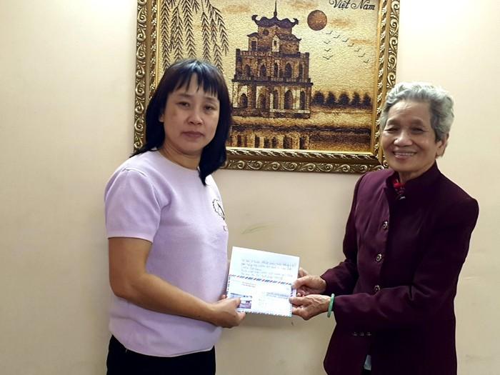 Nữ cựu chiến binh dành tiền lương ủng hộ chị em miền Trung chống lụt  - Ảnh 1.