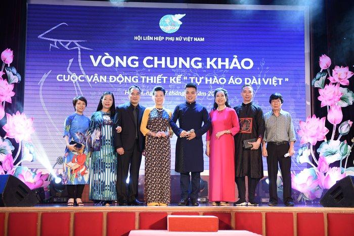 """NTK Đỗ Trịnh Hoài Nam cùng các giám khảo và khách mời Cuộc vận động thiết kế """"Tự hào áo dài Việt"""""""