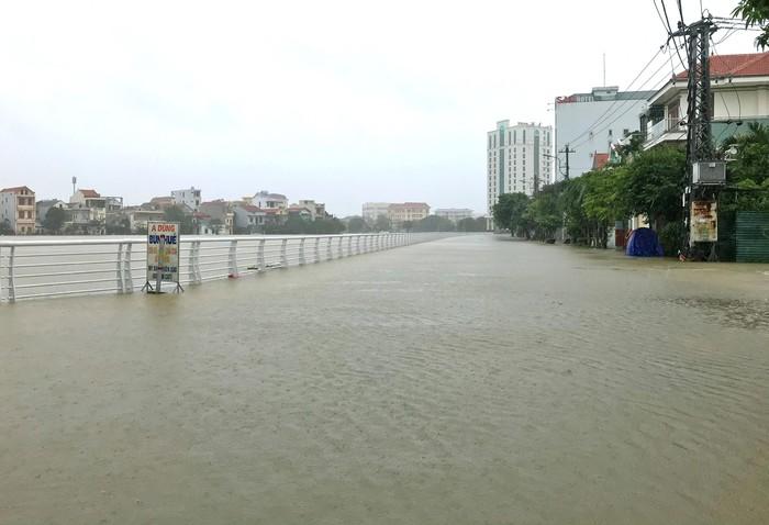 Quảng Bình: 4 người chết, 6 người bị thương do mưa lũ, ùn tắc kéo dài trên quốc lộ - Ảnh 1.