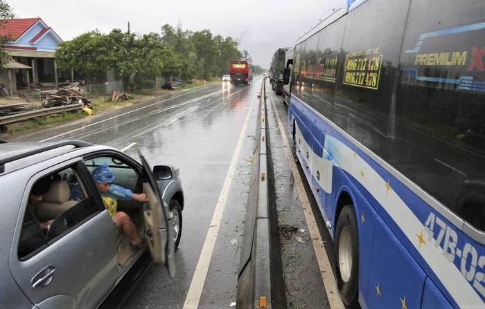 Quảng Bình: 4 người chết, 6 người bị thương do mưa lũ, ùn tắc kéo dài trên quốc lộ - Ảnh 2.