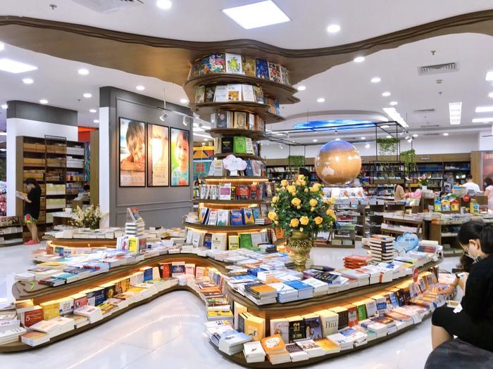 Mang sách vào trung tâm thương mại để thu hút độc giả  - Ảnh 1.