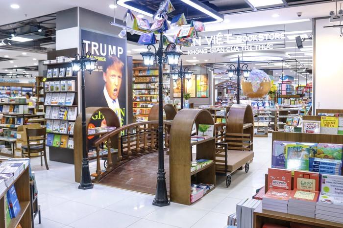 Mang sách vào trung tâm thương mại để thu hút độc giả  - Ảnh 3.