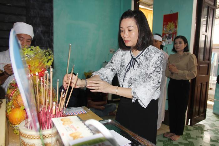 Phó chủ tịch Hội LHPN Việt Nam thăm hỏi các gia đình liệt sỹ hy sinh trong khi làm nhiệm vụ - Ảnh 5.