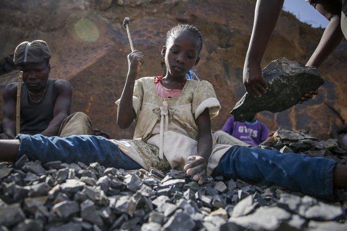 Nghẹn ngào trò đời ở Kenya: Trẻ em bán dâm, lao động vất vả để kiếm tiền do đại dịch - Ảnh 2.