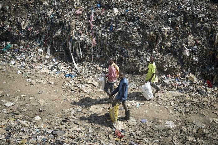 Nghẹn ngào trò đời ở Kenya: Trẻ em bán dâm, lao động vất vả để kiếm tiền do nghèo khổ từ đại dịch - Ảnh 4.