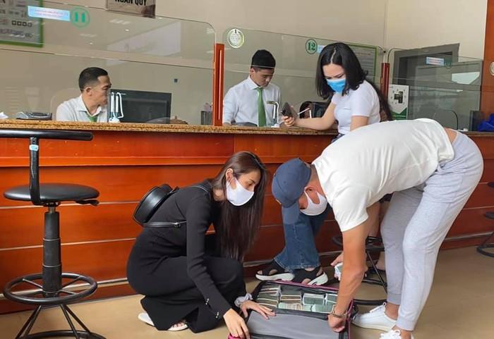 Vợ chồng Thủy Tiên - Công Vinh ra ngân hàng rút tiền mặt để trao cho người dân vùng lụt Hà Tĩnh