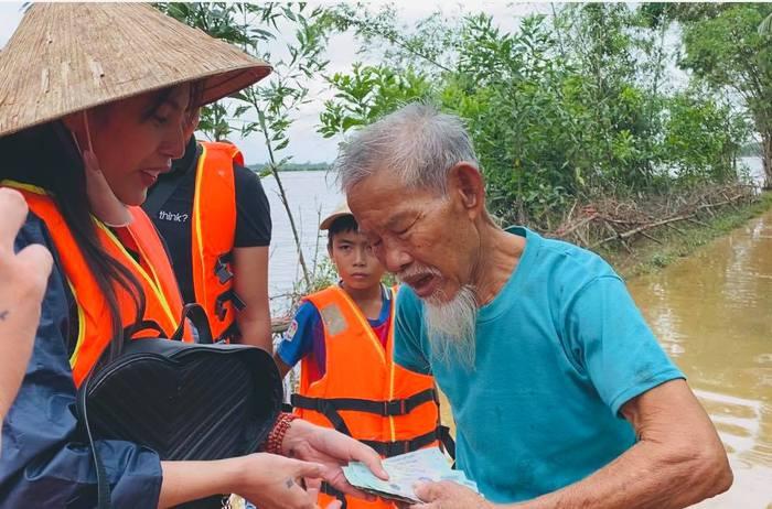 Hình ảnh Thủy Tiên ngồi xuồng trao tặng tiền, quà cho người dân miền Trung trong những ngày mưa lũ khiến mội người xúc động