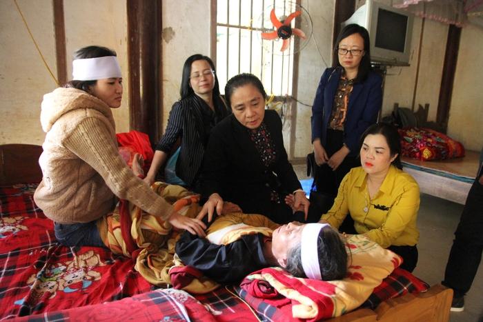 Thăm hỏi thân nhân gia đình liệt sĩ ở Hà Tĩnh hy sinh khi đi cứu nạn - Ảnh 2.