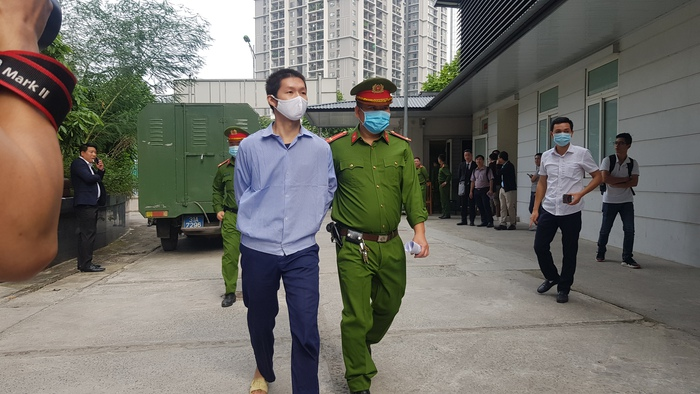 Bị cáo Nguyễn Minh Tuấn được đưa vào phòng xử án.