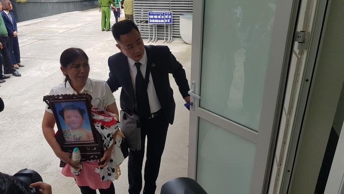 Bà Vũ Thị Dự - bà ngoại cháu M.M khóc nức nở khi bước vào phòng xử án.