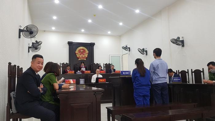 Thẩm phán Đặng Thị Thanh Huyền, chủ tọa công bố quyết định hoãn phiên tòa.