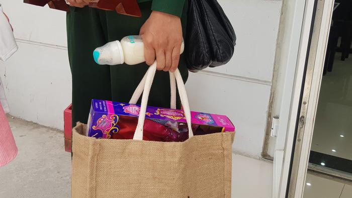 Nhiều người xót xa khi thấy bà ngoại mang sữa, đồ chơi của bé M.M  đến tòa.