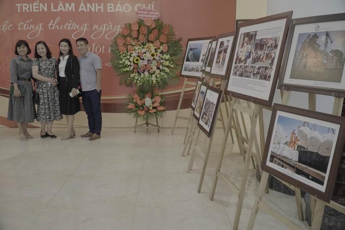 Hội Nhà báo Việt Nam khai mạc trưng bày hàng nghìn ấn phẩm báo chí tiêu biểu và triển lãm ảnh - Ảnh 10.