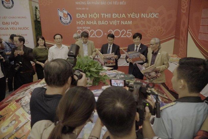 Hội Nhà báo Việt Nam khai mạc trưng bày hàng nghìn ấn phẩm báo chí tiêu biểu và triển lãm ảnh - Ảnh 1.