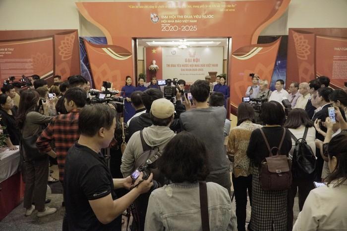 Hội Nhà báo Việt Nam khai mạc trưng bày hàng nghìn ấn phẩm báo chí tiêu biểu và triển lãm ảnh - Ảnh 6.