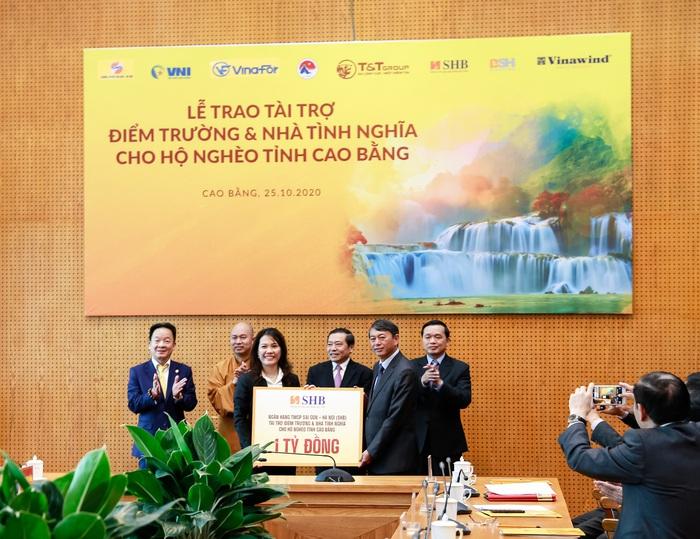 Ông Đỗ Quang Hiển, Chủ tịch HĐQT kiêm Tổng Giám đốc Tập đoàn T&T Group trao tặng 1 tỷ đồng tài trợ xây dựng điểm trường và nhà tình nghĩa cho người nghèo tỉnh Cao Bằng