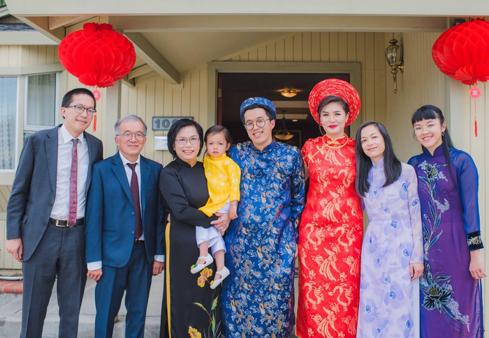Chị Tuyết Oanh trong trang phục áo dài truyền thống Việt Nam tại một đám cưới của người thân, tại Mỹ