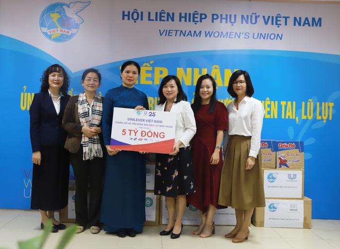 Hội LHPN Việt Nam tiếp nhận 5 tỷ đồng hỗ trợ khắc phục hậu quả bão lụt từ Unilever Việt Nam - Ảnh 1.