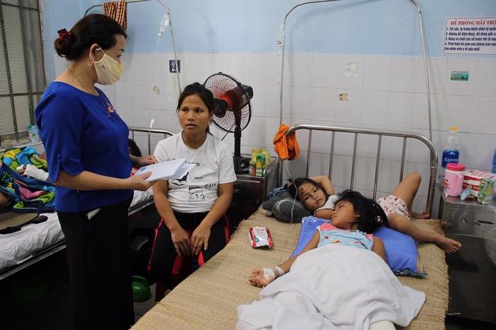 Hội LHPN tỉnh Quảng Nam thăm hỏi các nạn nhân vụ sạt lở đất thương tâm - Ảnh 1.