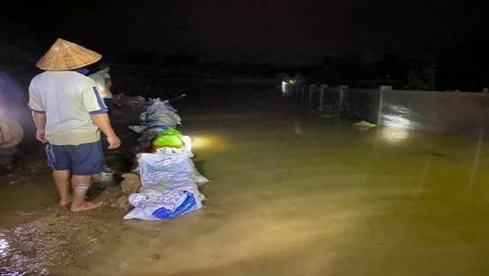Huy động hàng trăm người xử lý sự cố nước tràn đê cứu dân ở Hà Tĩnh - Ảnh 2.