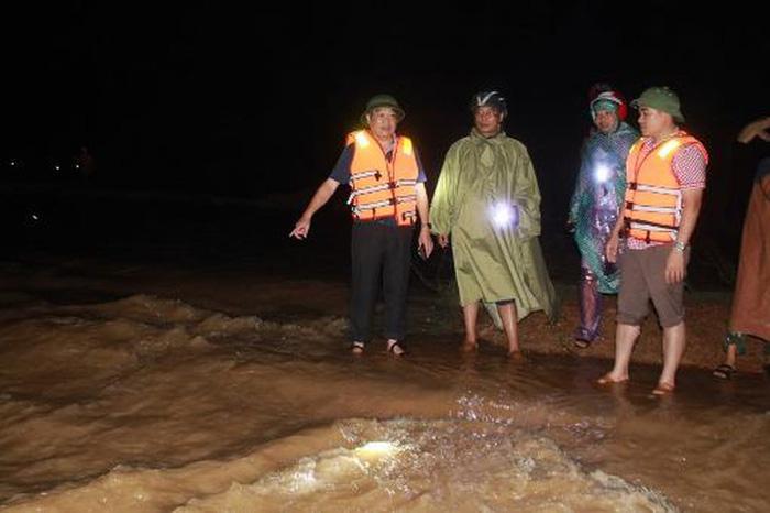 Huy động hàng trăm người xử lý sự cố nước tràn đê cứu dân ở Hà Tĩnh - Ảnh 1.