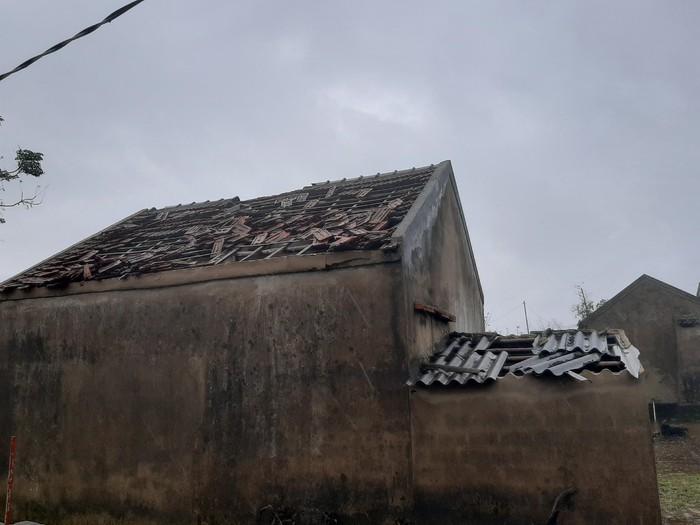 Lộc Hà - Hà Tĩnh: Lốc xoáy làm hàng chục nhà dân bị tốc mái - Ảnh 2.